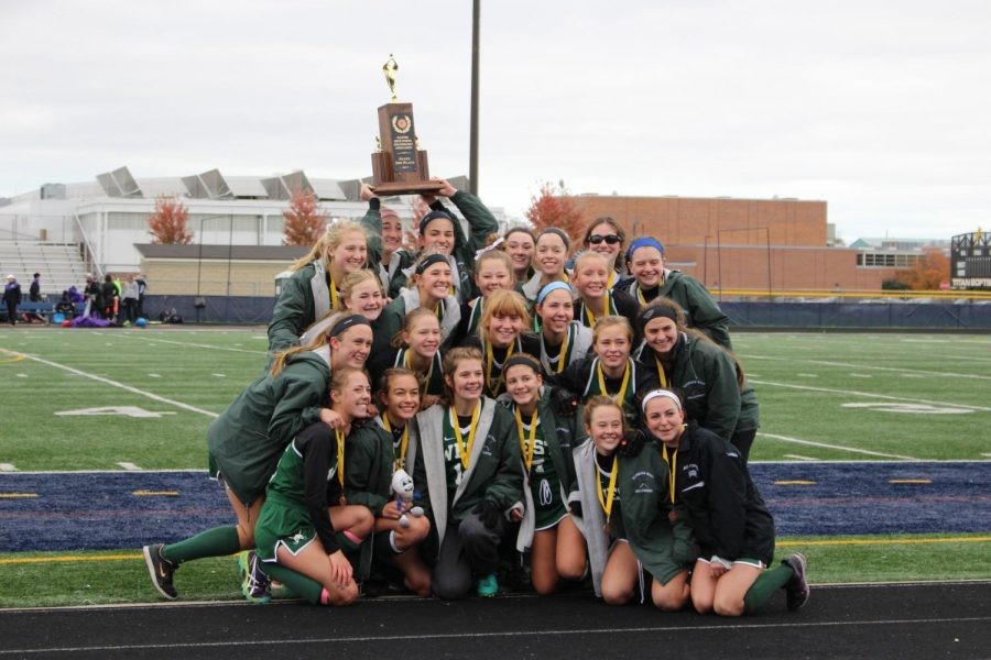 The+varsity+field+hockey+team+holds+up+their+trophy%21