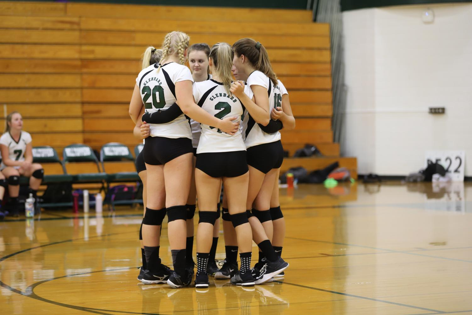 The+team+huddles+on+the+court+before+the+match+begins.