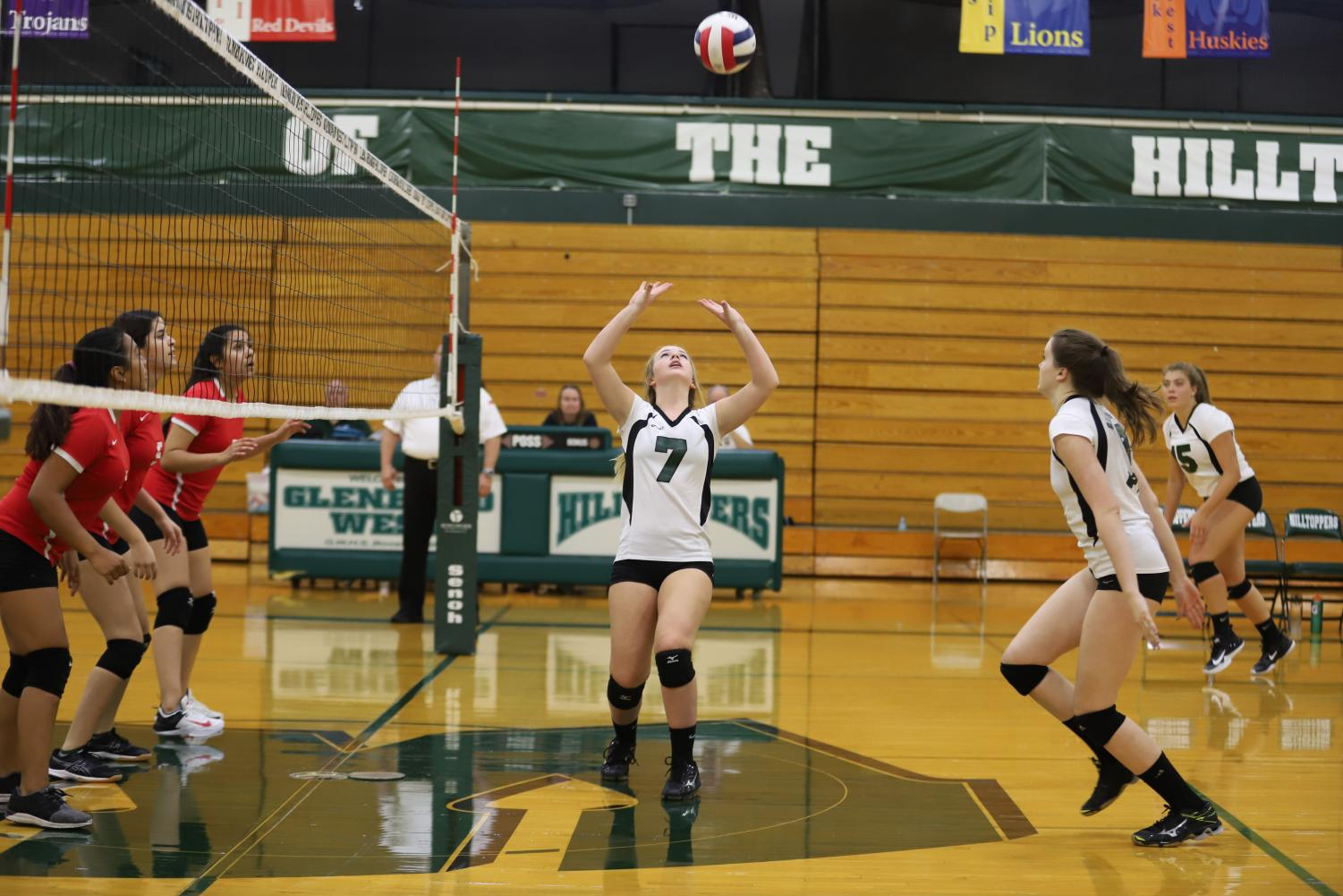 Setter+Anna+Wince+%28sophomore%29+sets+to+Middle+Hitter+Fiona+Kelly+%28sophomore%29.%0A