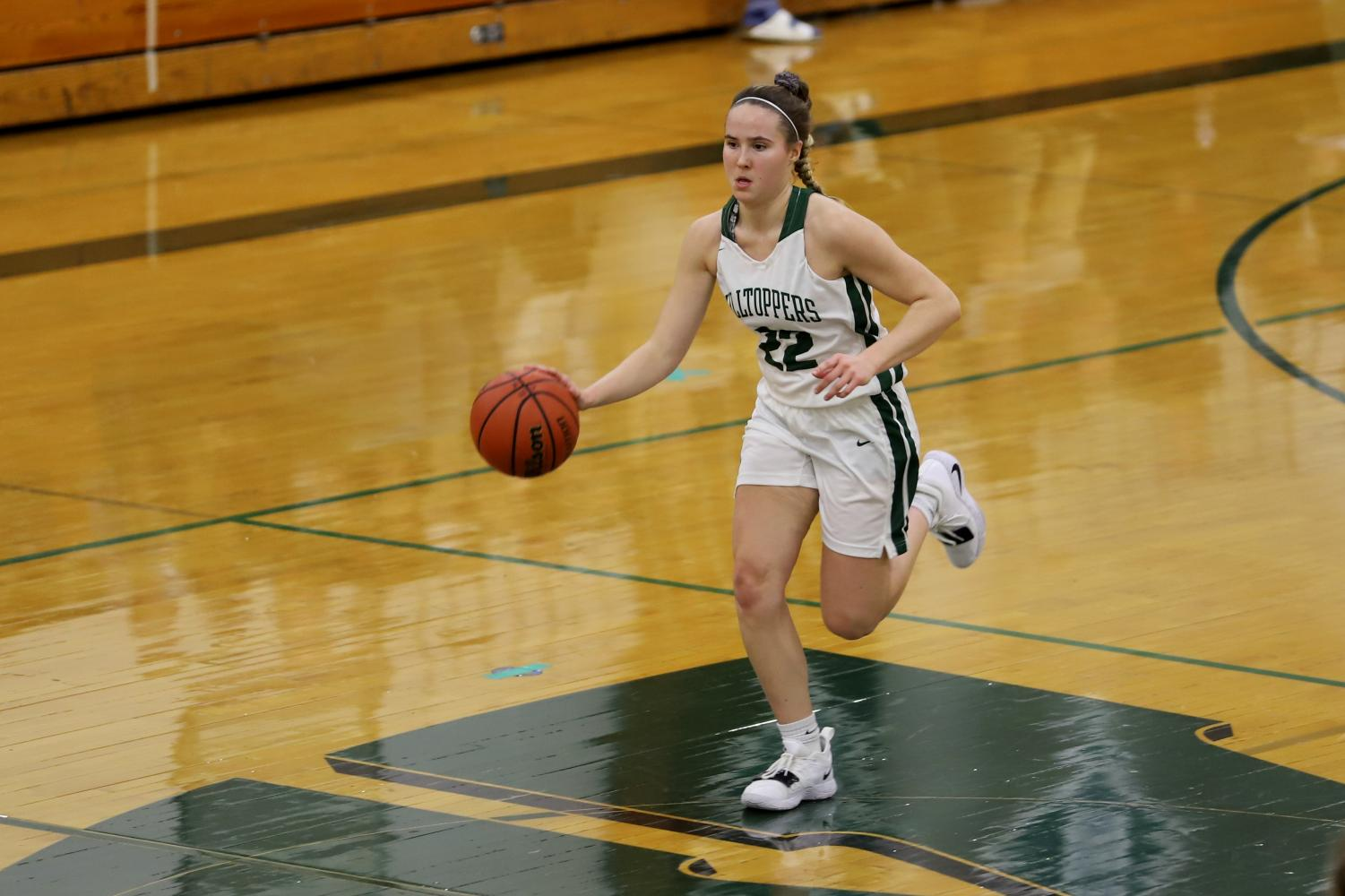 Point+Guard+Katelyn+Heller+%28senior%29+offensively+carries+the+ball+down+the+court.
